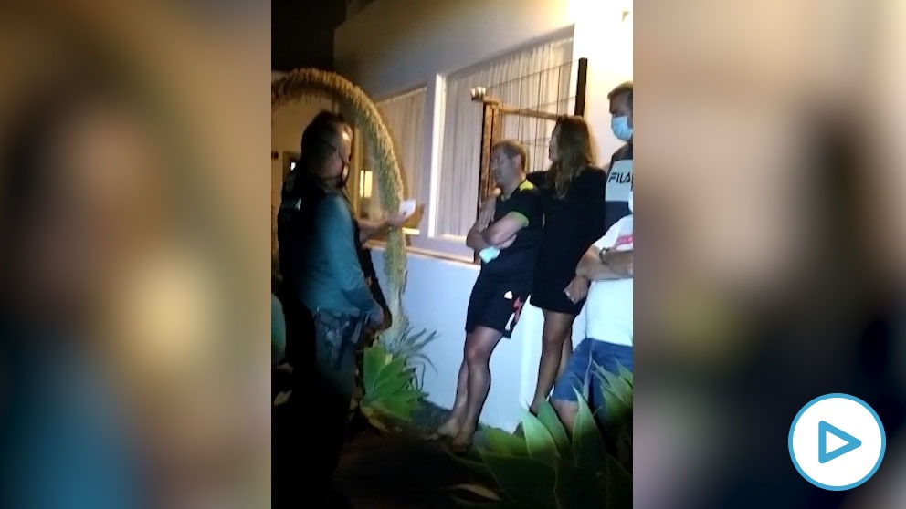 El momento en el que la Guardia Civil identifica al titular del Juzgado de Instrucción número 4 de Arrecife (Lanzarote), Ricardo Fiestras.