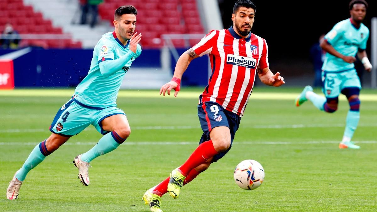 Luis Suárez lleva el balón ante el levante. (EFE)