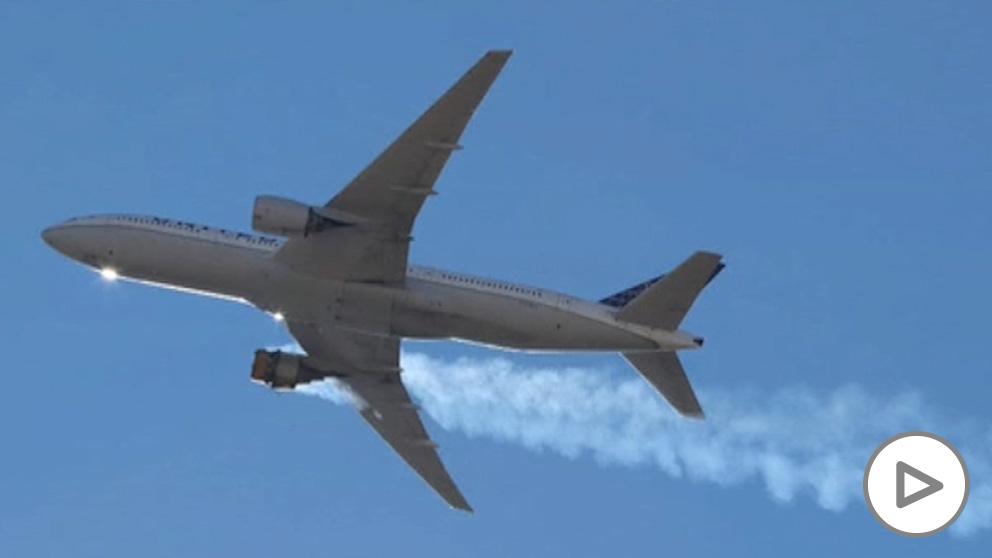 Explota el motor de un avión en pleno vuelo