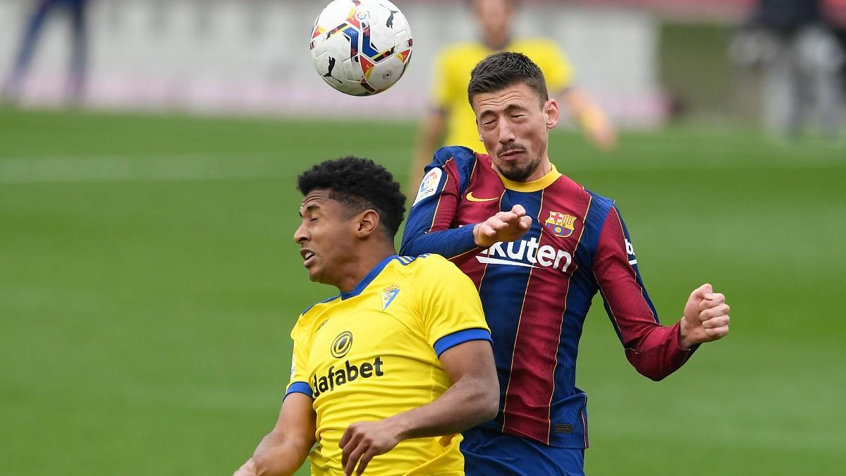 El Choco Lozano pelea un balón con Lenglet. (AFP)
