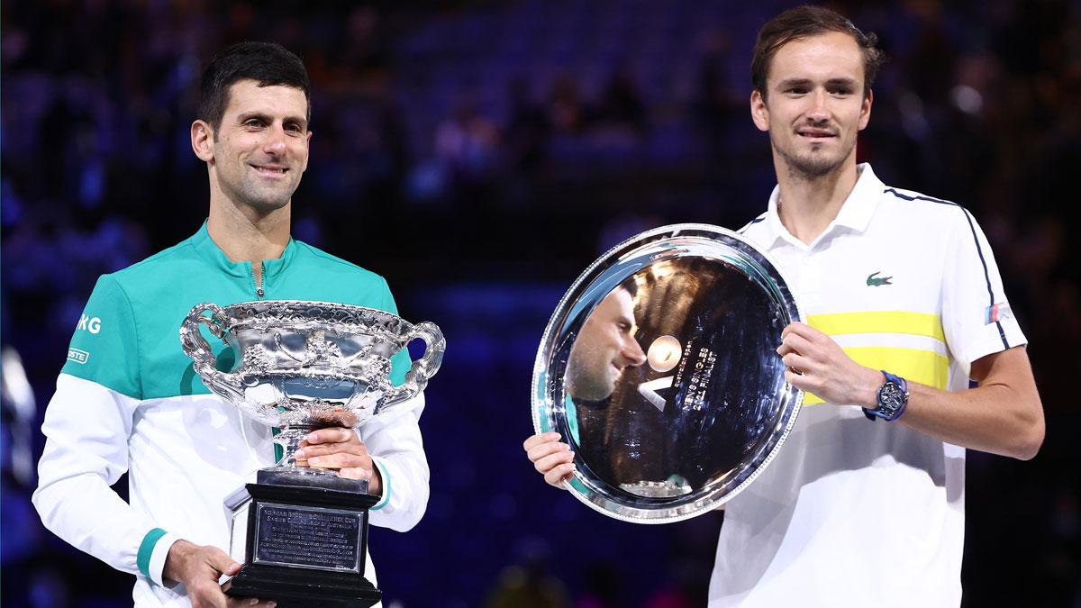 Djokovic y Medvedev posan con sus respectivos trofeos en el Open de Australia (Getty)