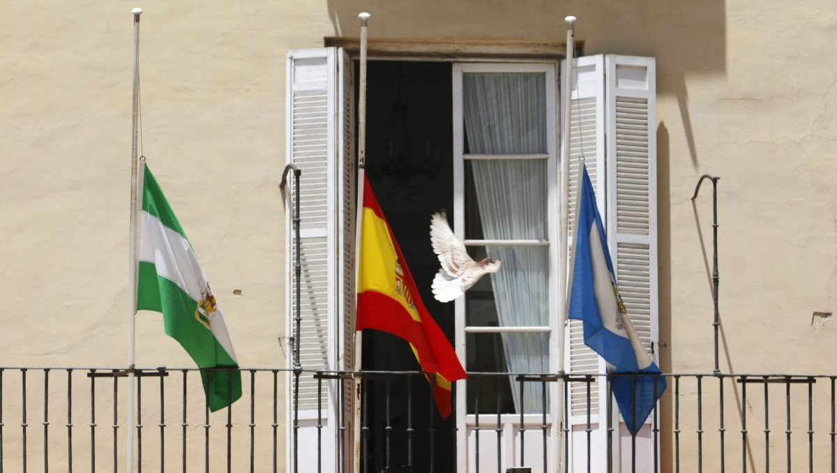 Banderas a media asta en el Ayuntamiento de Málaga (Foto: Álex Zea / Europa Press).