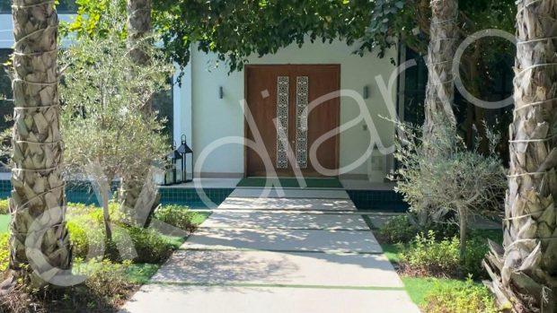 Esta es la puerta de la vivienda en la que se encuentra alojado el Rey emérito Juan Carlos I.