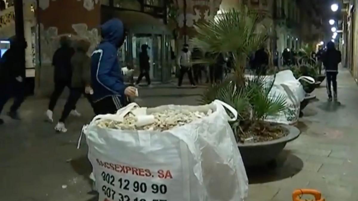 Los contenedores con escombros son munición para los radicales