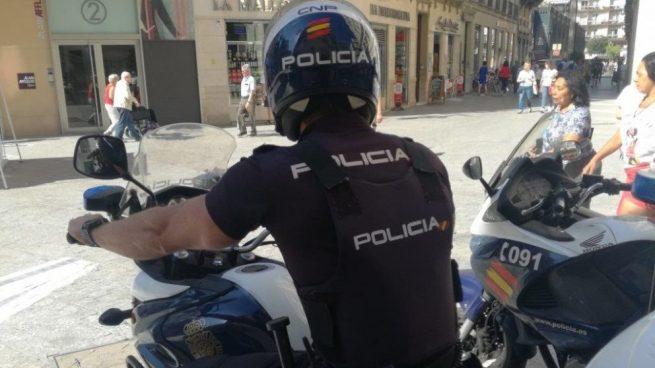 Detenido un joven marroquí por agredir con un casco a dos peatones para robarles una tablet