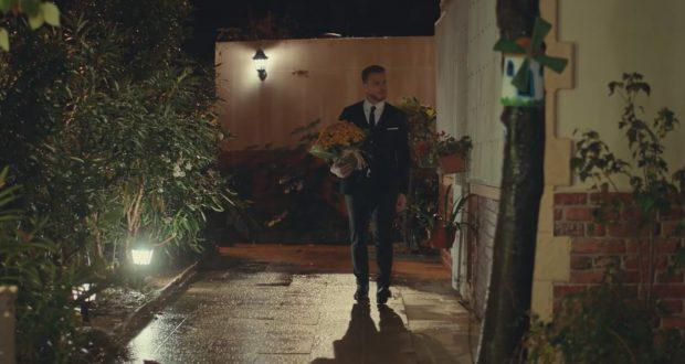 Serkan lleva flores a Eda en Love is in the air