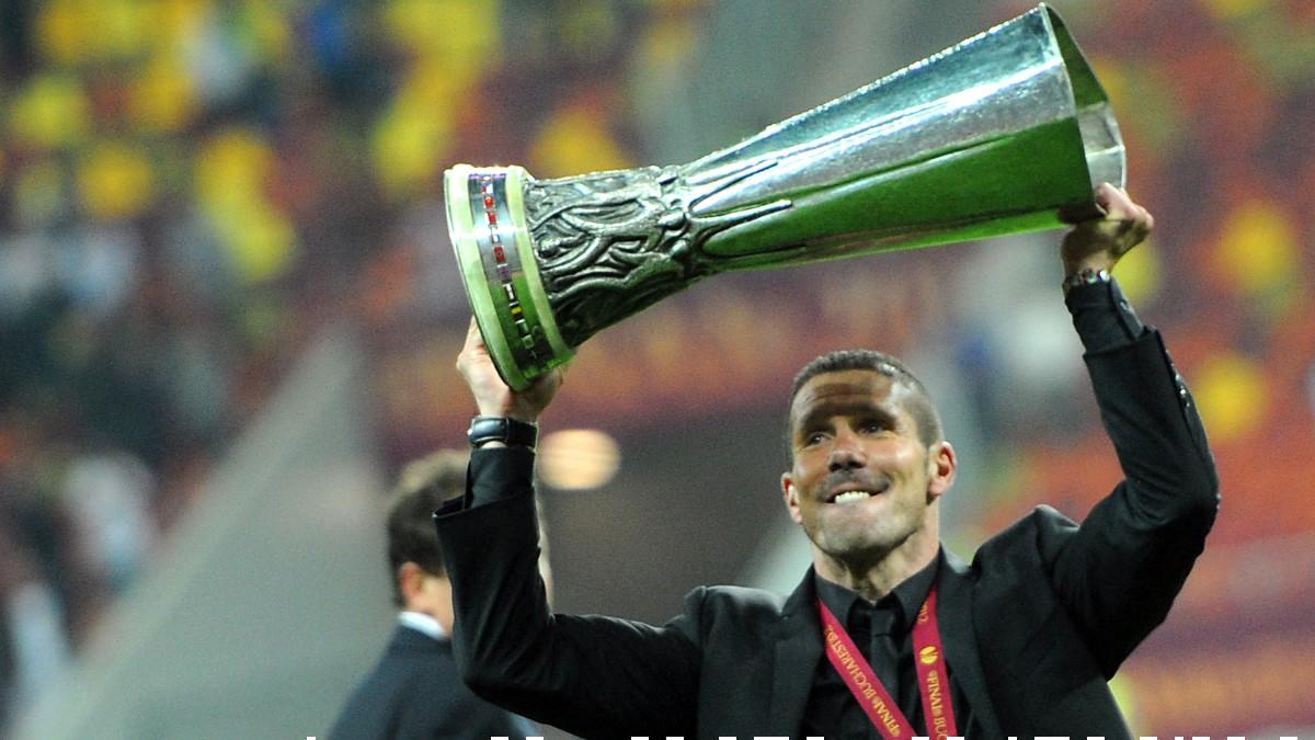El Cholo Simeone celebra su primer título en el Atlético de Madrid ganado en Bucarest. (AFP)