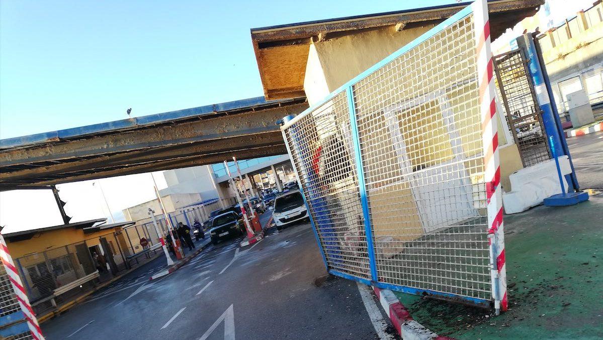 Estado de la valla de Ceuta tras ser embestida por la furgoneta (Foto: CEDIDA).