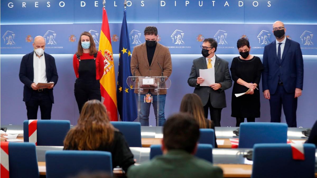 Los diputados de ERC, Gabriel Rufián (c), BNG, Néstor Rego (i), la CUP, Mireia Vehí (2i), EH Bildu, Mertxe Aizpurua (2d) y Junts Per Catalunya, Genis Boadella (d) y Jaume Alonso-Cuevillas (3d) durante la rueda de prensa para mostrar su rechazo a la conmemoración sobre el 23-F en el Congreso de los Diputados. (Foto: Efe)