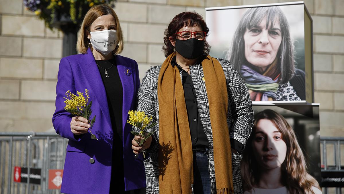 La ex presidenta del Parlament, Carme Forcadell, y la ex consejera Dolors Bassa, durante un acto electoral sobre feminismo en la plaza Sant Jaume de Barcelona.