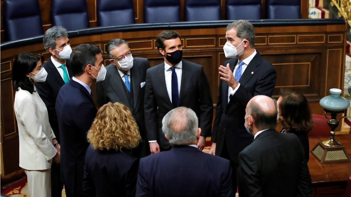 El rey Felipe VI (d) conversa con varias autoridades en el hemiciclo del Congreso. (Foto: Europa Press)