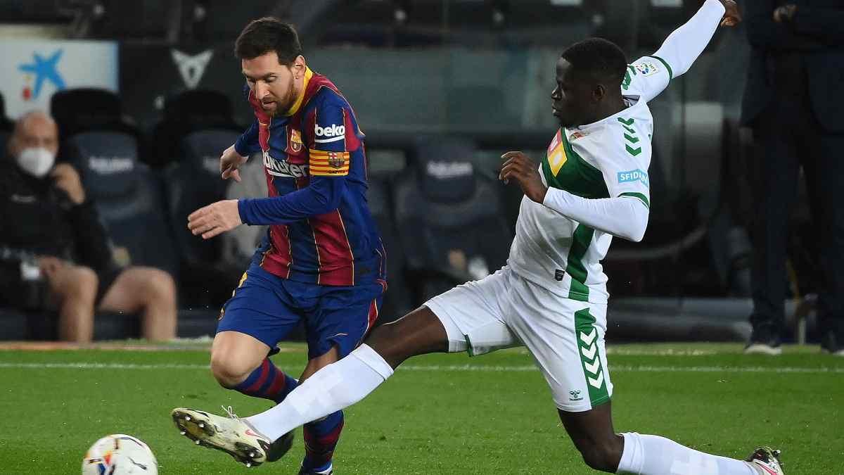 Leo Messi (Barcelona) con Mfulu (Elche). (AFP)