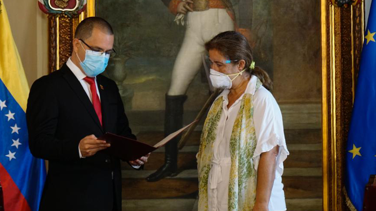 Fotografía difundida por la Cancillería venezolana del momento en el que el ministro Arreaza comunica a la emnajadora de la UE su expulsión del país.