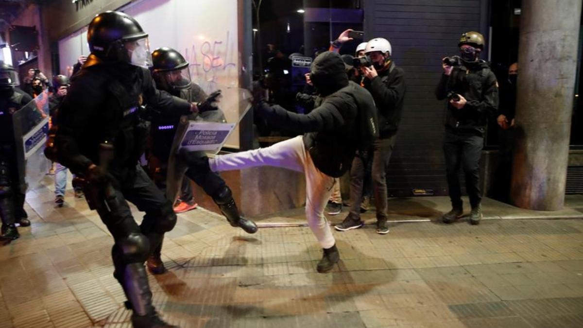 Violentos enfrentándose a los BRIMO de los Mossos el pasado fin de semana en Barcelona.