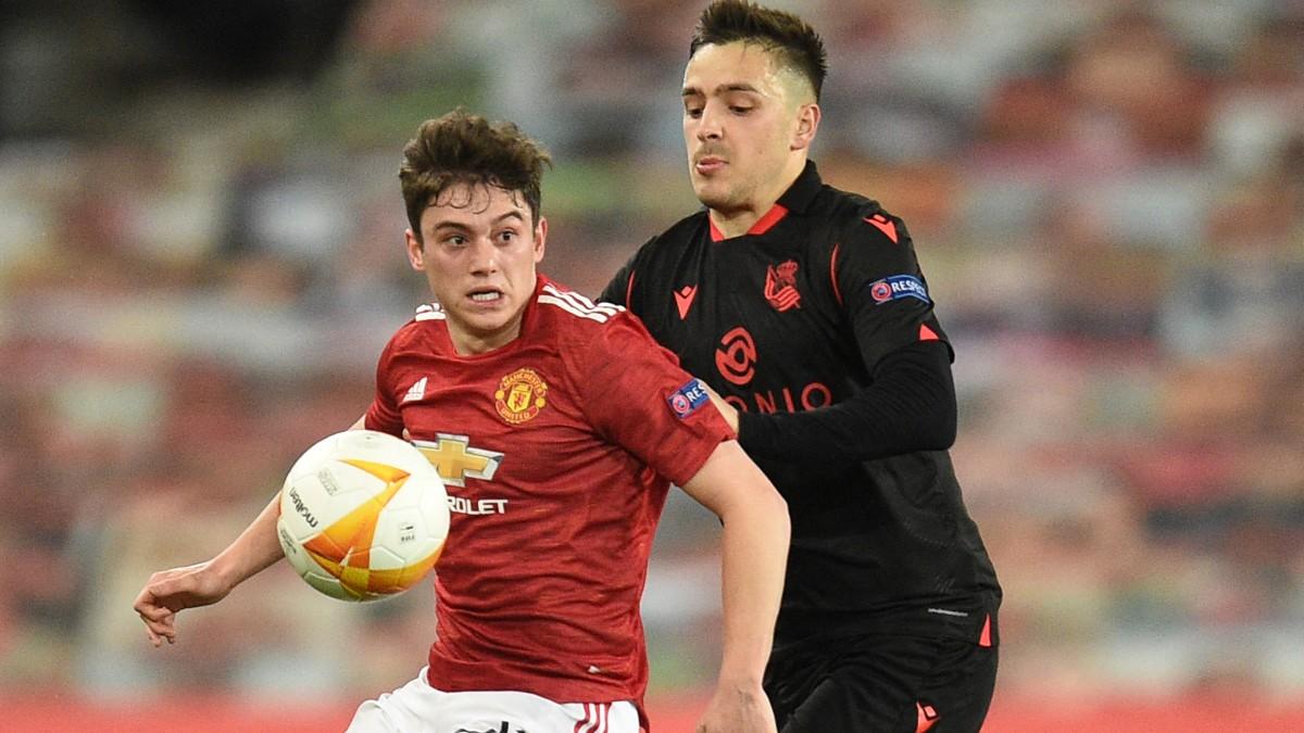Gorosabel intenta robarle un balón a James durante el Manchester United-Real Sociedad. (AFP)