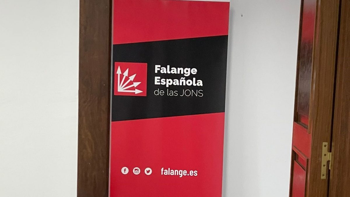 Diputada no adscita coloca un panel con el símbolo de Falange en el Parlamento andaluz tras retirada de bandera