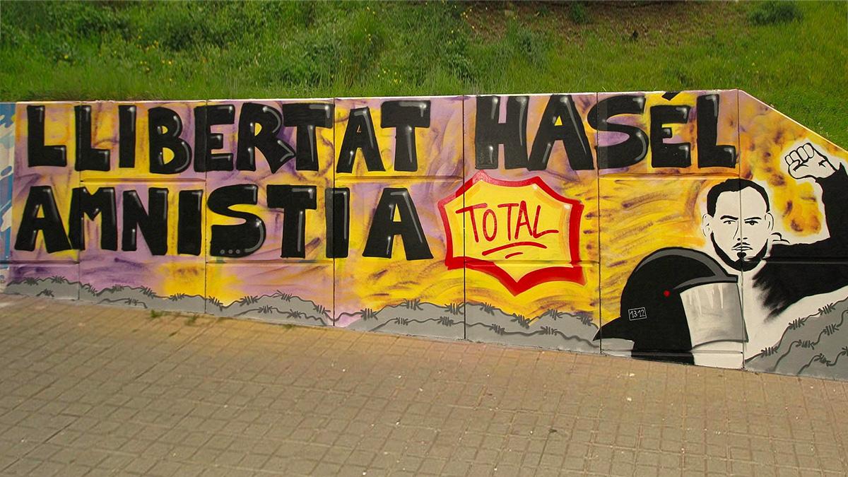 El mural en apoyo a Pablo Hasél promocionado por el Ayuntamiento de Blanes.
