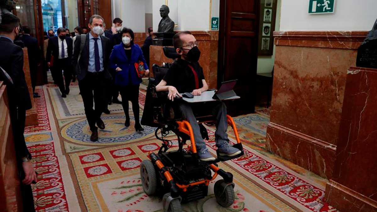 El portavoz de Unidas Podemos en el Congreso Pablo Echenique, a su llegada al hemiciclo. Foto: EFE