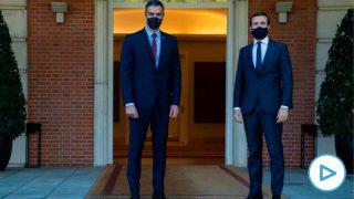 Pedro Sánchez y Pablo Casado, a las puertas de Moncloa.