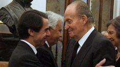 El ex presidente del Gobierno, José María Aznar, saluda al Rey Juan Carlos I en compañía del también ex presidente, Felipe González, y la Reina Sofía. Foto: EP