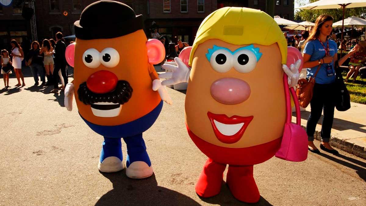 Dos actores caracterizados como el señor y la señora patata. Foto: AFP