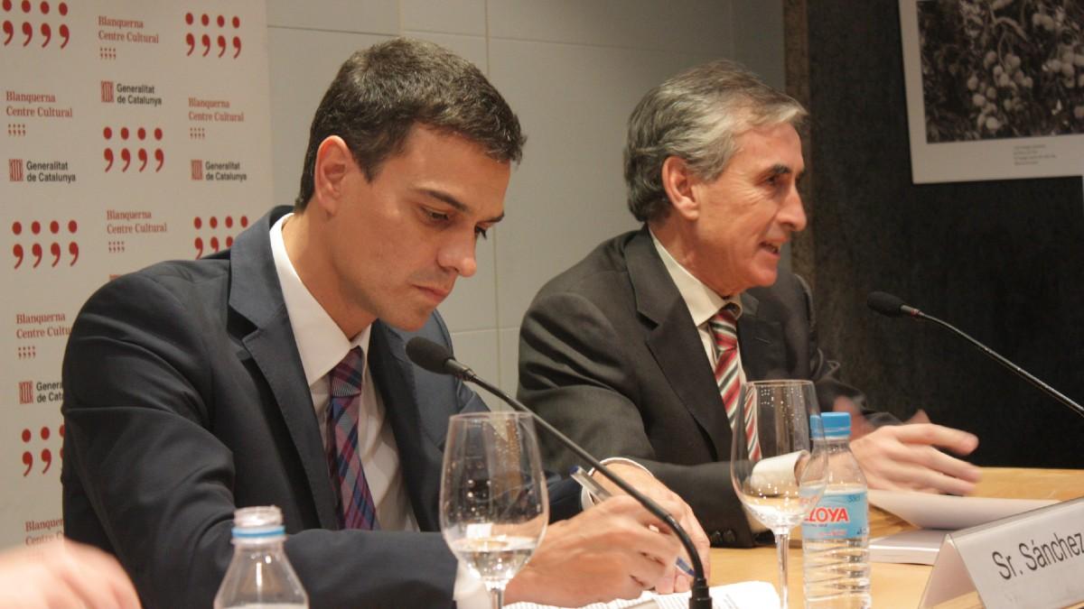 Pedro Sánchez con Ramón Jáuregui en la presentación del libro sobre su tesis en 2013. (Foto: CCBlanquerna)