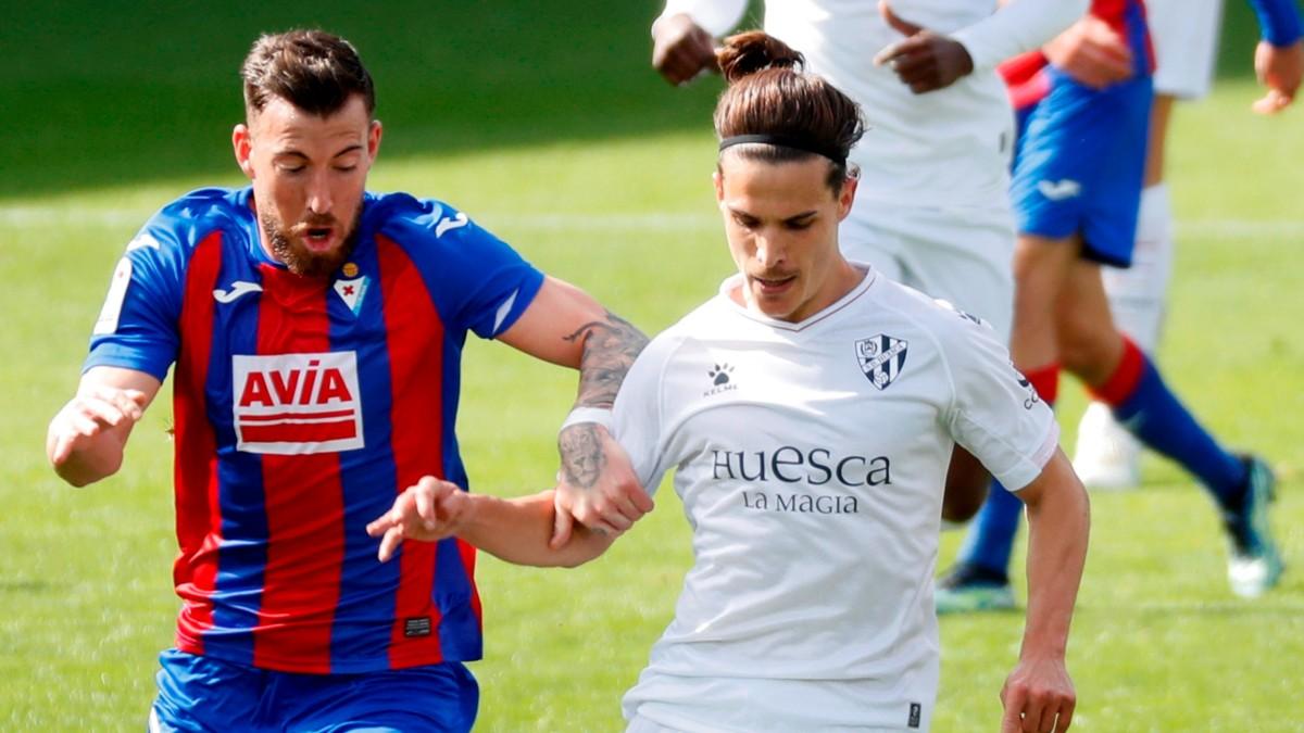 Enrich y Seoane disputan un balón en el Eibar- Huesca. (EFE)