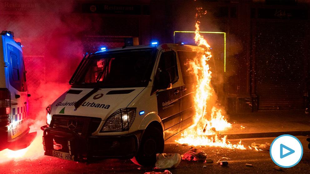 Radicales a favor del delincuente Hasél queman una furgoneta de la Guardia Urbana en Barcelona.