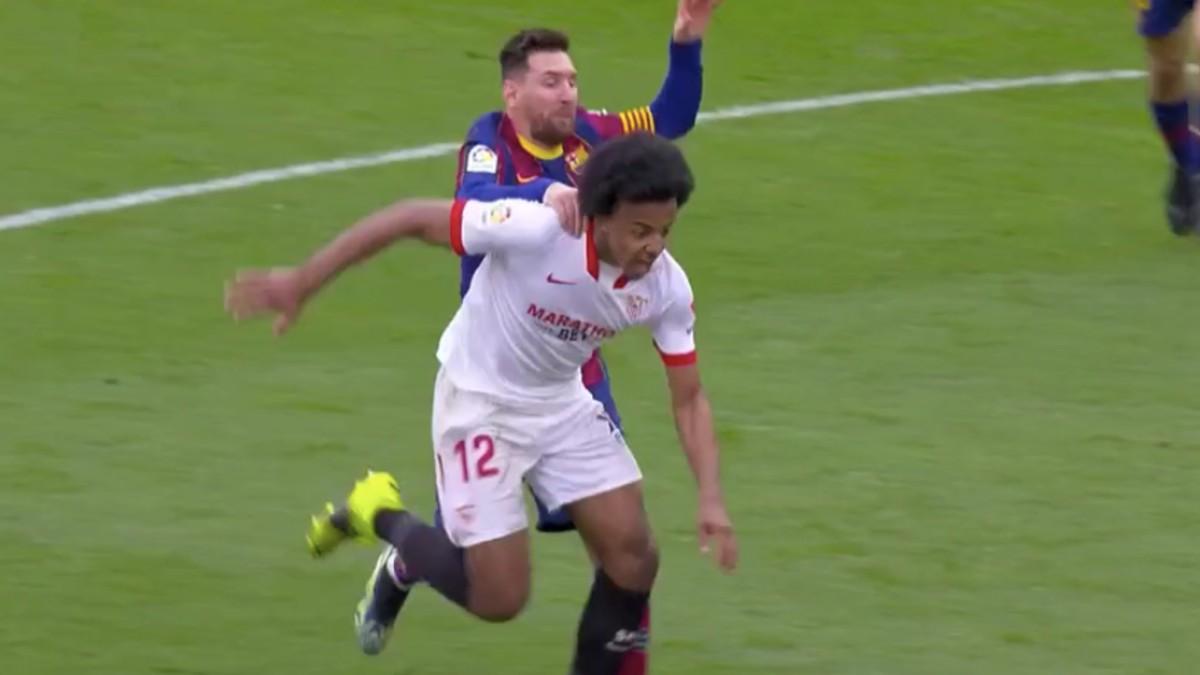 Messi derriba a Koundé.