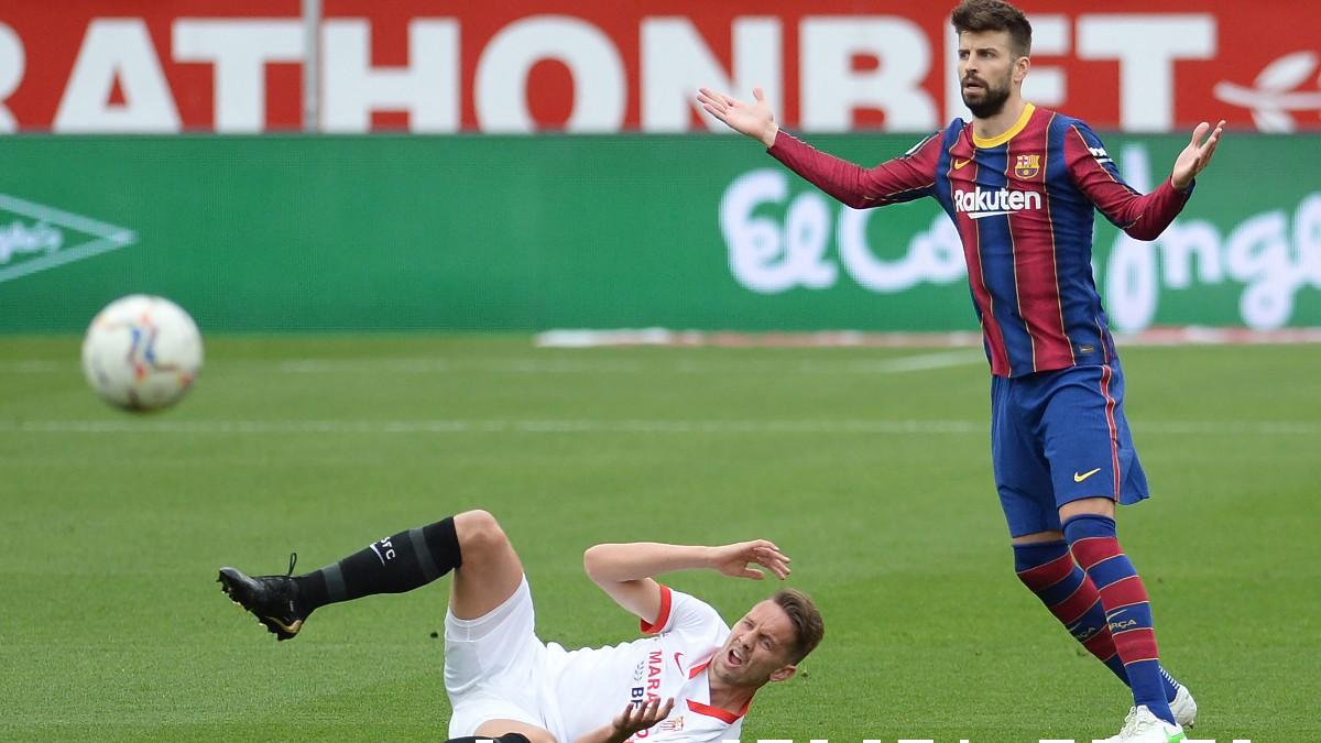 Gerard Piqué durante una acción en el Sevilla-Barcelona. (AFP)