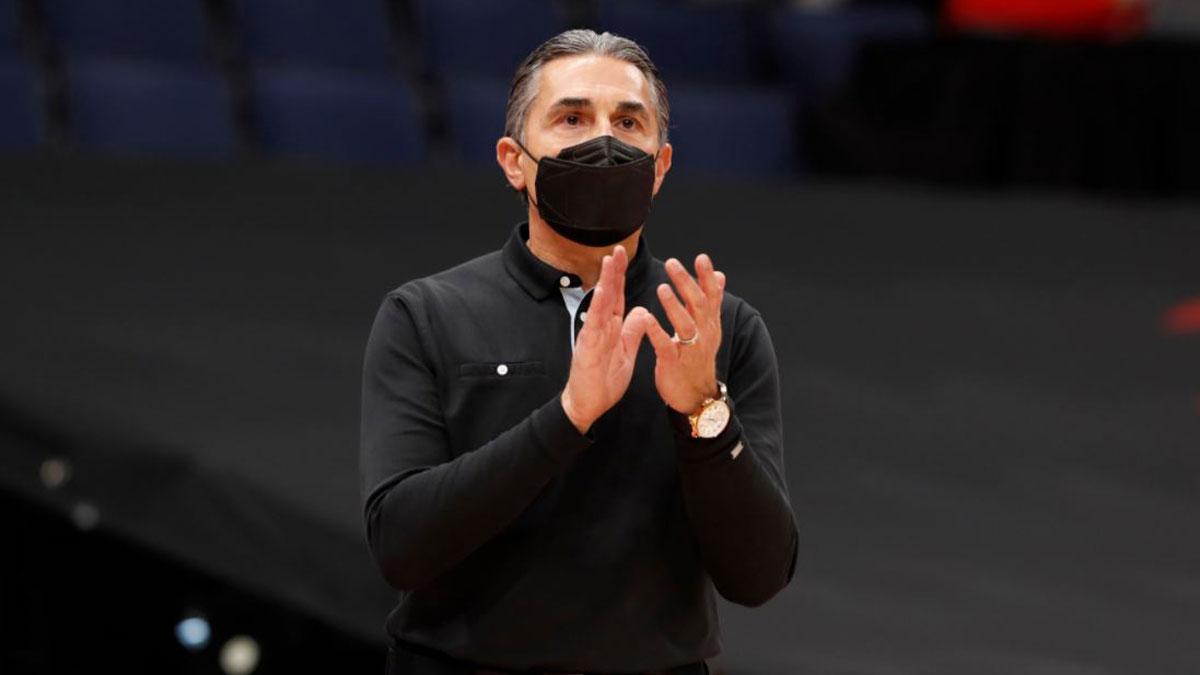 Sergio Scariolo en su primer partido como entrenador jefe de la NBA (Twitter NBA Spain)