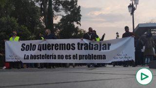 """Multitudinaria protesta de los hosteleros en Sevilla: """"Mítines en Cataluña sí y bares en Andalucía no""""."""