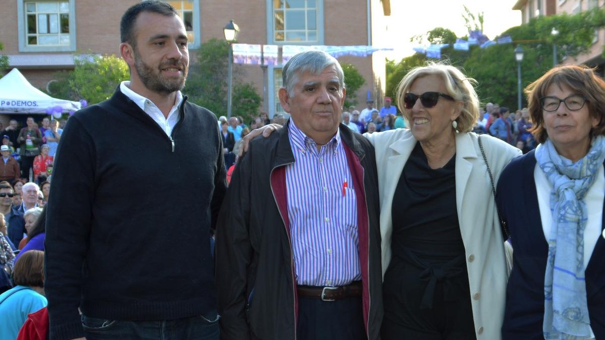 Manuela Carmena haciendo campaña electoral en Orcasitas junto a Félix López Rey.