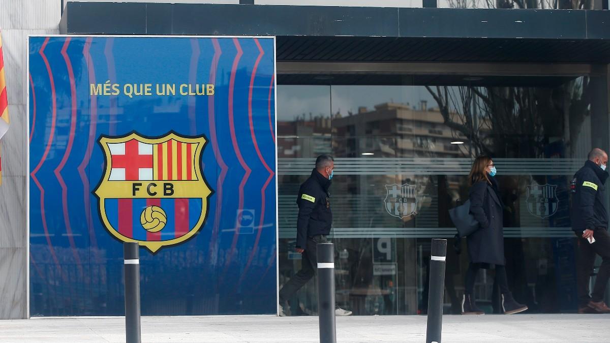 Los Mossos d'Esquadra, a su entrada a las oficinas del Barcelona. (EFE)