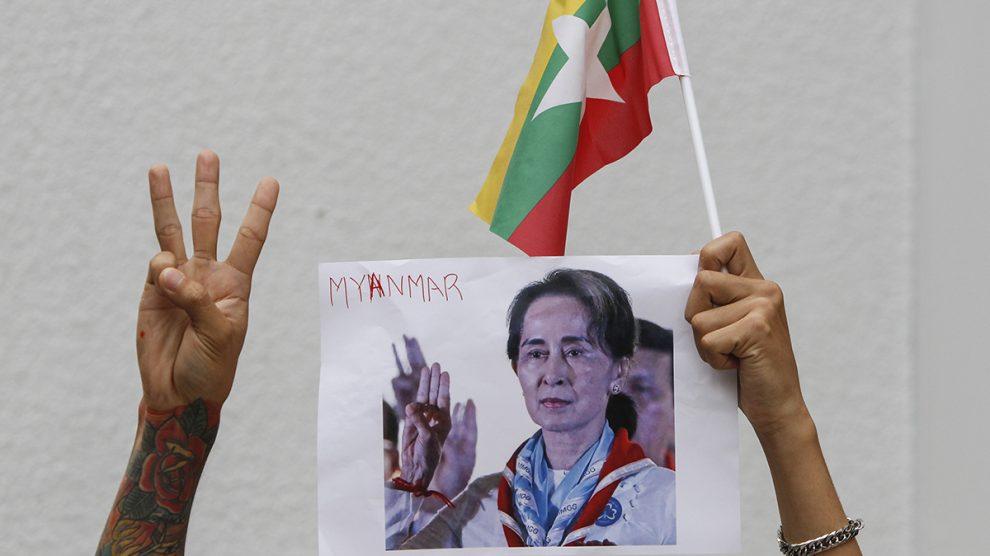 Un manifestante muestra un cartel con la imagen de Aung San Suu Kyi, detenida tras el golpe de Estado.