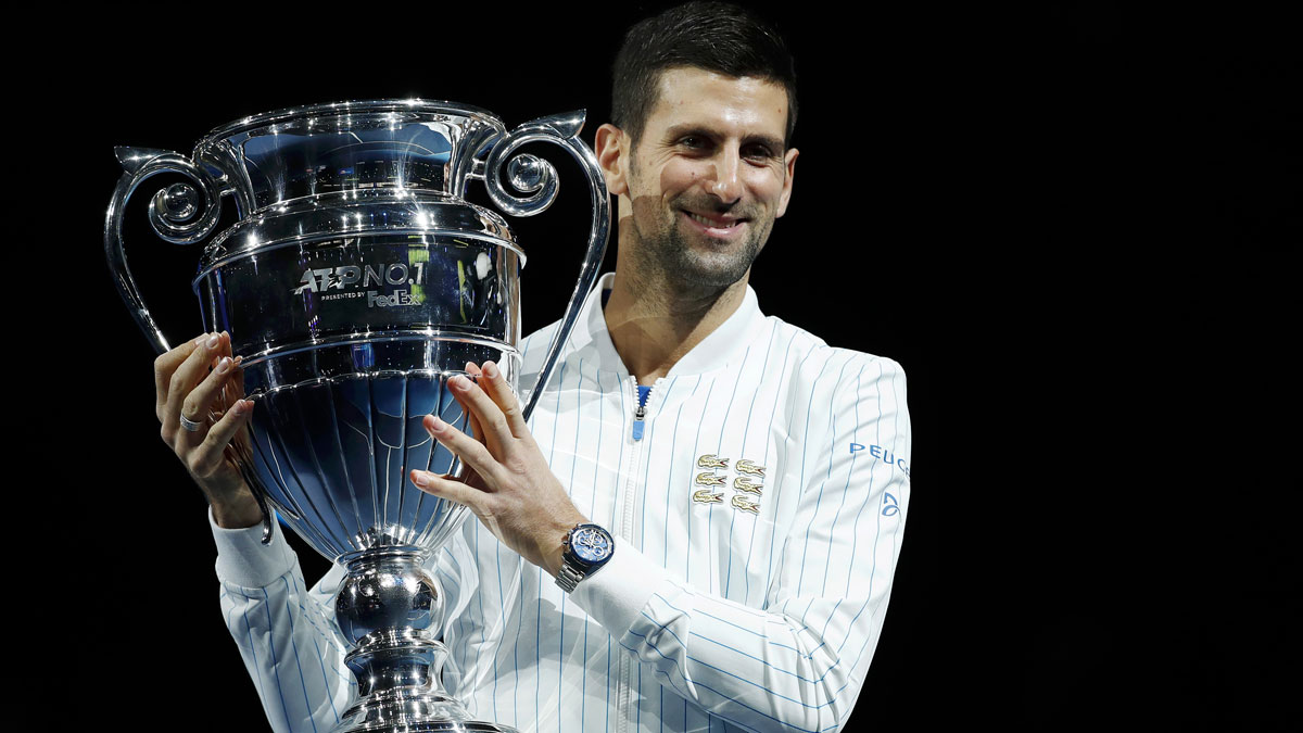 Djokovic, con su trofeo tras acabar el pasado año como número uno (Getty)