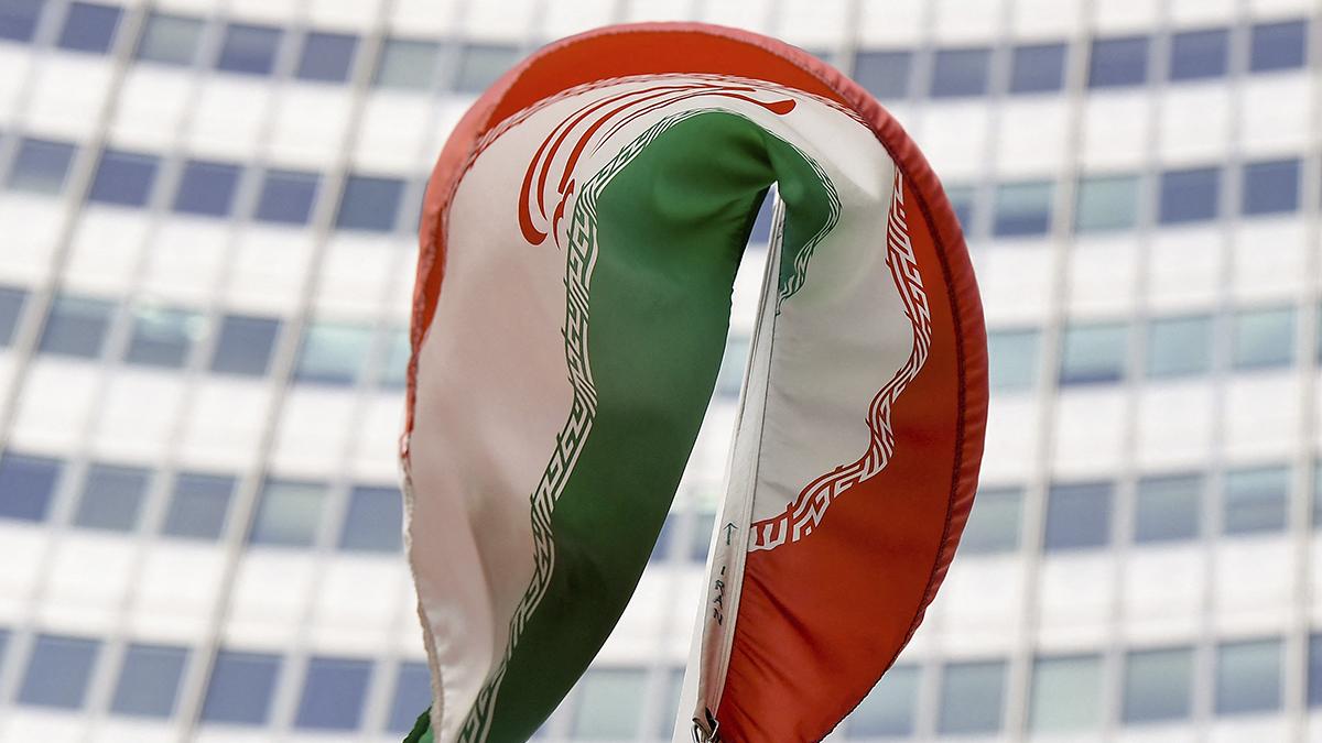La bandera de Irán ondea ante la sede de la Agencia Internacional de Energía Atómica en Viena (Austria).