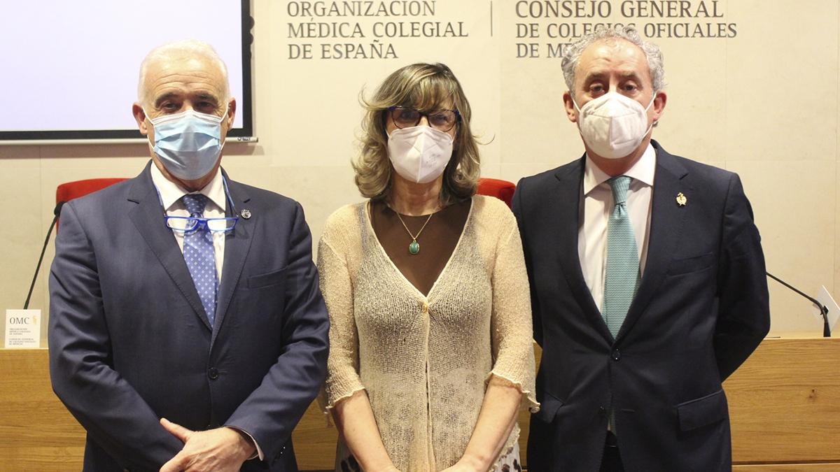 El doctor Tomas Cobo (dcha.), nuevo presidente de la Organización Médica Colegial, junto a la doctora Rosa Arroyo, vicesecretaria general, y el doctor Enrique Guilabert, Tesorero.