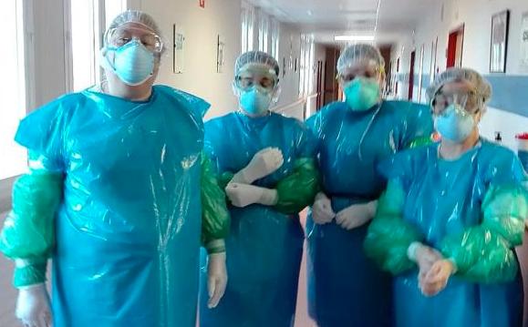 Sanitarios de un hospital de León con bolsas de basura como EPIs.