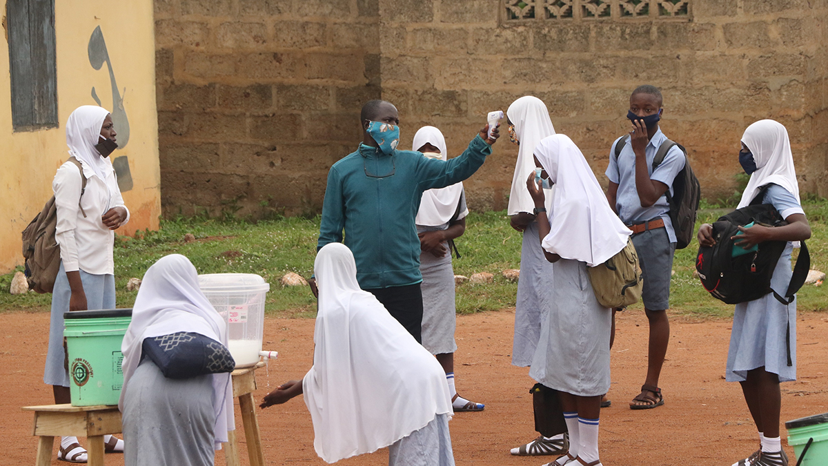 Comprobación temperatura en una escuela de Iseyin, Nigeria.