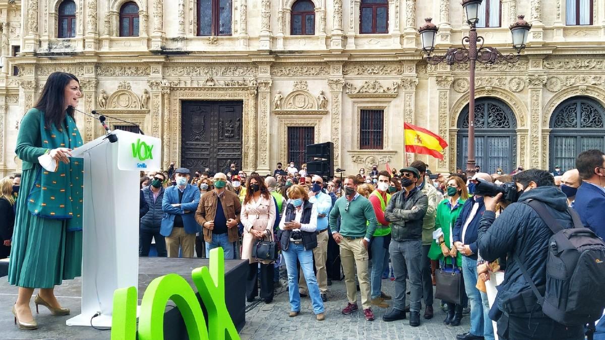 La portavoz adjunta de Vox en el Congreso, Macarena Olona, durante un mitin en Sevilla. (Foto: Europa Press)