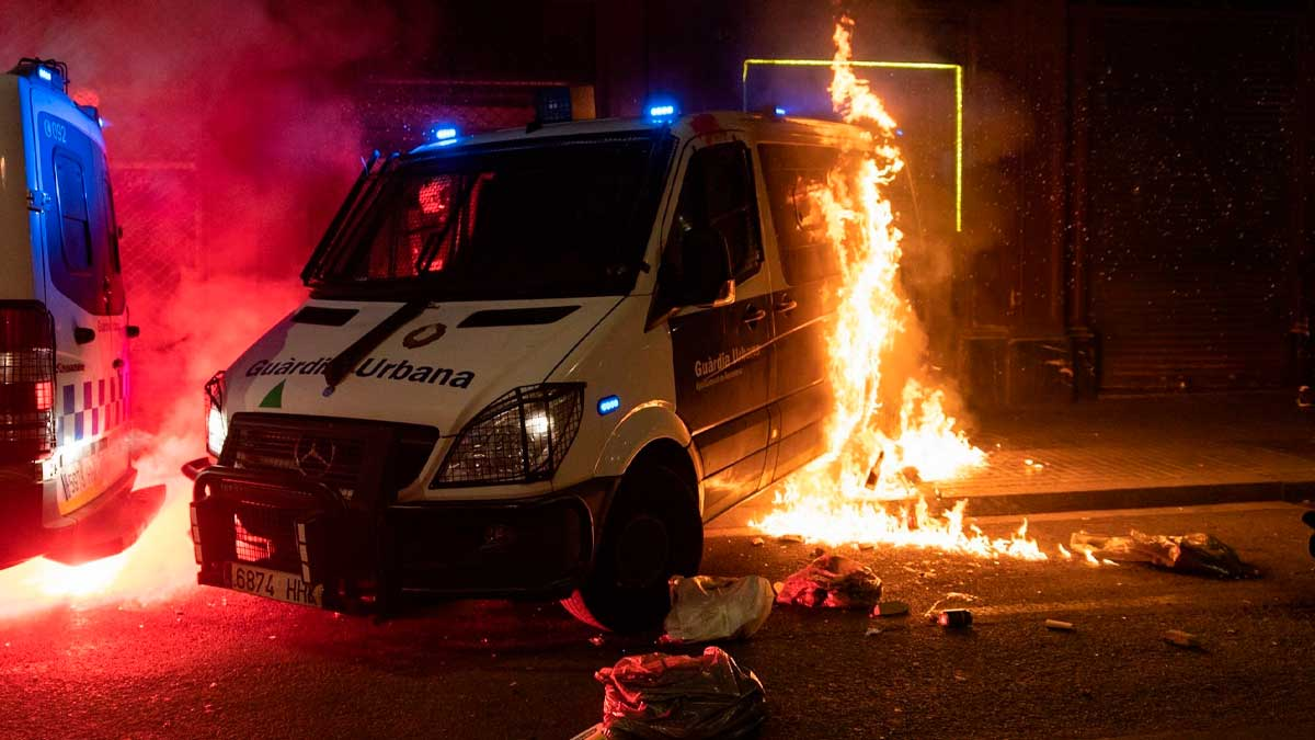 Queman una furgoneta de la Guardia Urbana de Barcelona durante los disturbios de Barcelona. foto: EP
