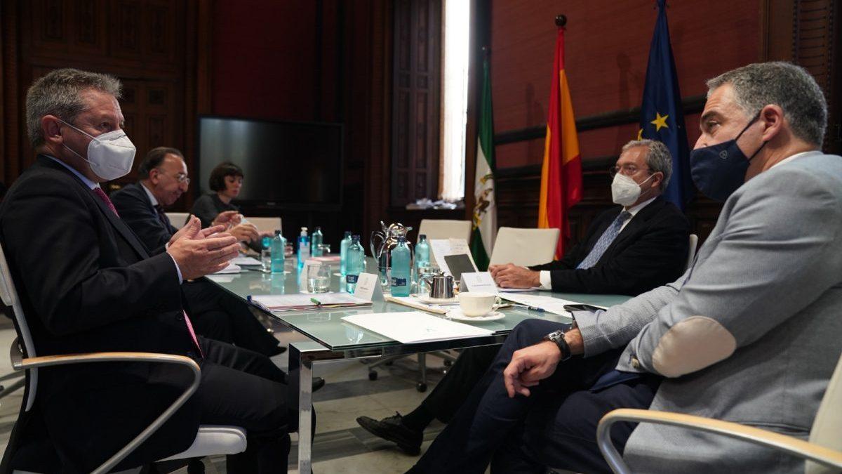 Los consejeros Elías Bendodo y Rogelio Velasco, con el presidente de Airbus España, Alberto Gutiérrez.