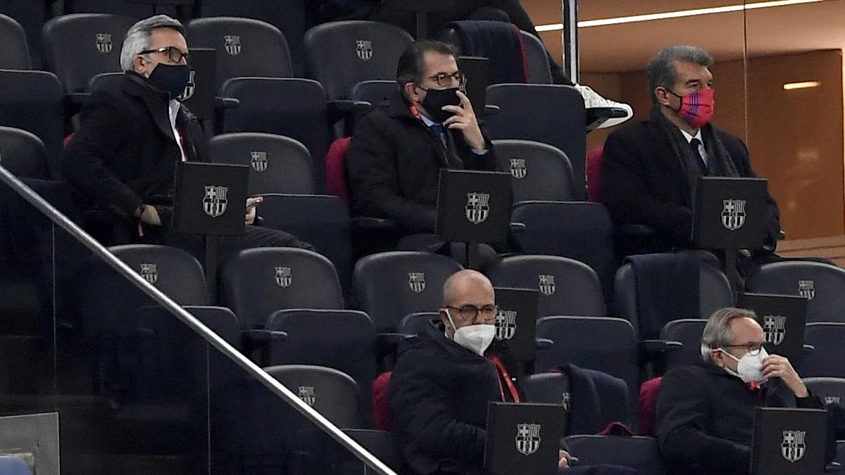 Los tres candidatos a la presidencia estuvieron en el palco del Camp Nou. (EFE)