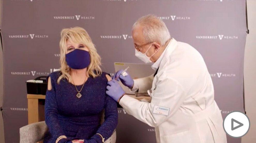 Dolly Parton anima a vacunarse