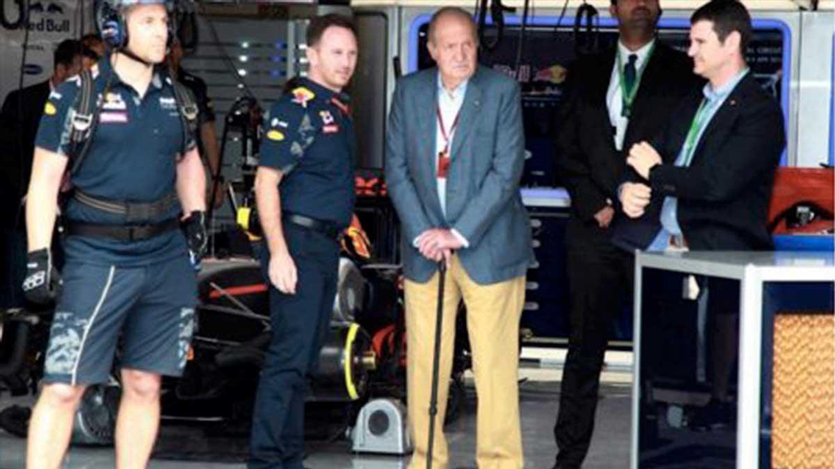 El Rey Juan Carlos I disfrutando de la Fórmula 1 acompañado de Vicente García Mochales (el primero por la derecha)