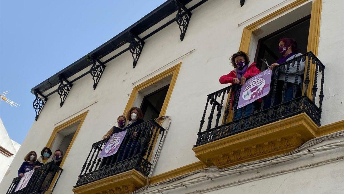 IU coloca carteles morados por el 8M en los balcones de su sede en Córdoba (Foto: IU).