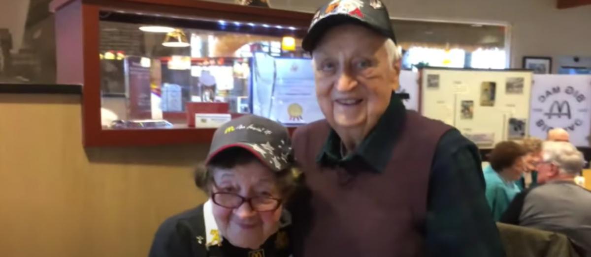 Una mujer de 100 años lleva 50 trabajando en un McDonald's