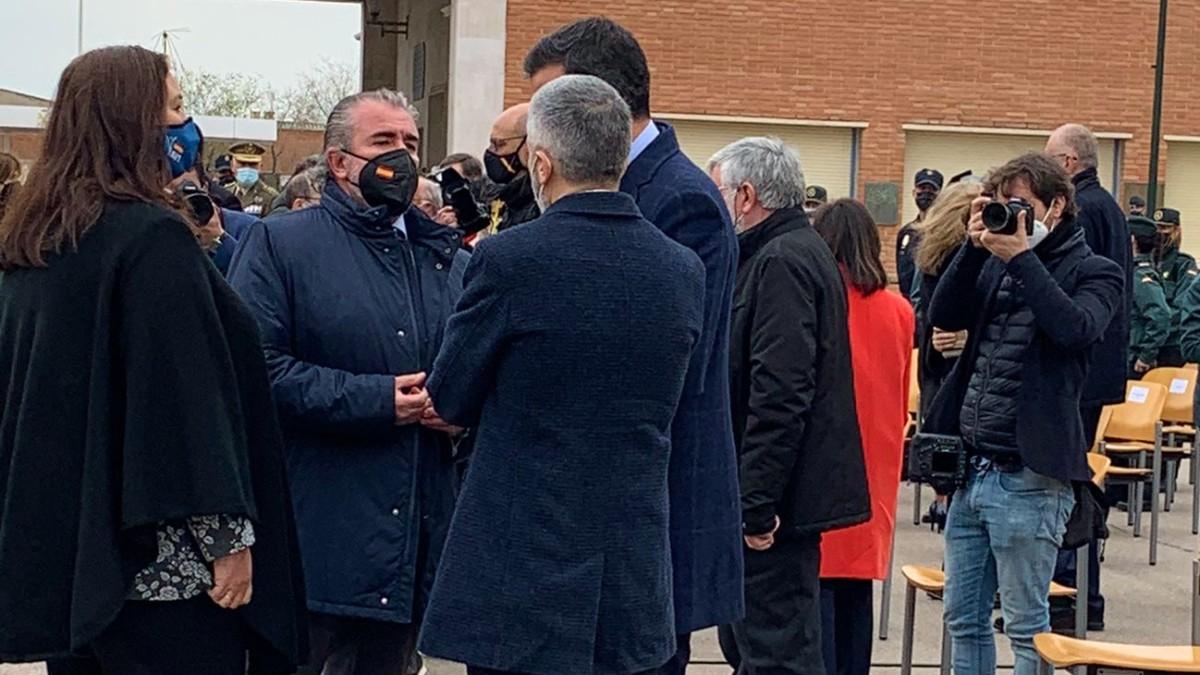 Maite Araluce, presidenta de la AVT, y Miguel Folguera, consejero de la AVT, conversan con Pedro Sánchez, presidente del Gobierno, y Fernando Grande-Marlaska, ministro del Interior.