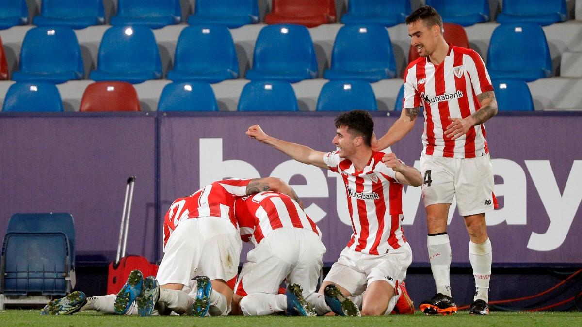 Los jugadores del Athletic celebran el gol de Berenguer (EFE).